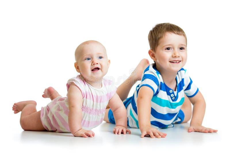逗人喜爱的说谎在地板上的小弟弟和姐妹 免版税库存图片