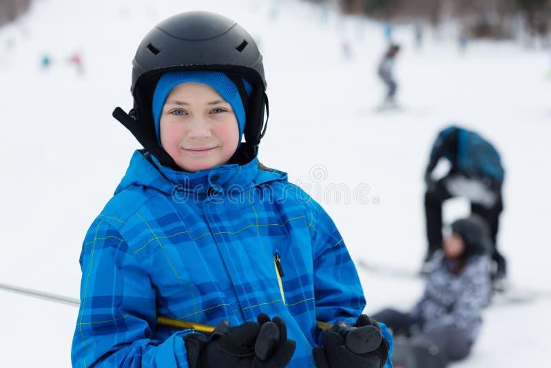 逗人喜爱的滑雪者男孩画象  免版税图库摄影
