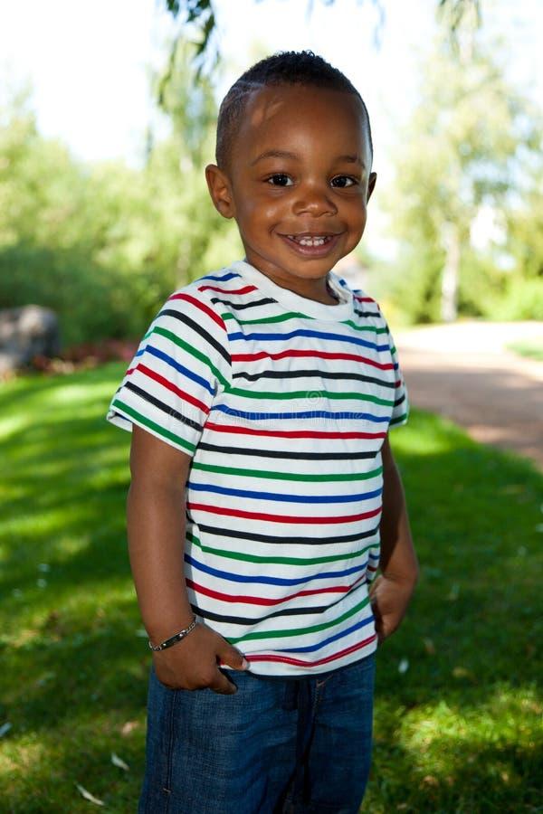 逗人喜爱非洲裔美国人的男婴微笑的&# 免版税图库摄影
