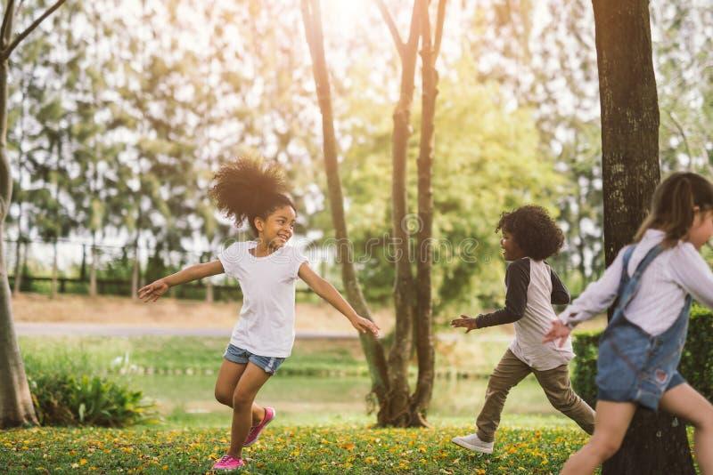 逗人喜爱非裔美国人小女孩使用室外 免版税库存照片