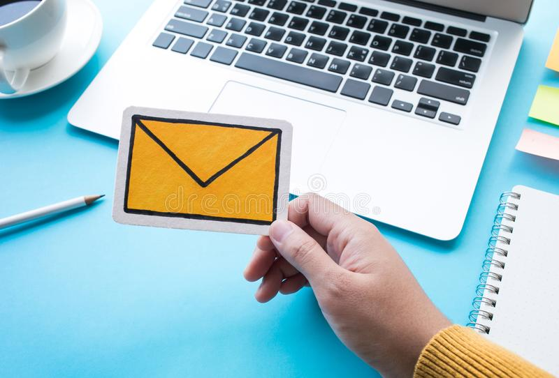 通信与标志象的消息概念在femail手上 免版税库存照片