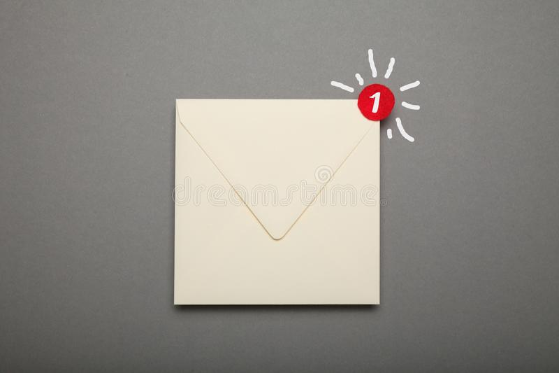 通信书信电子邮件,在角落的红色圈子 惊叫,重要信封 免版税图库摄影