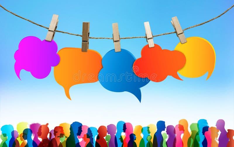通信人群大人 人群谈话 r 色的云彩 聊天网络 在不同之间的对话 库存照片