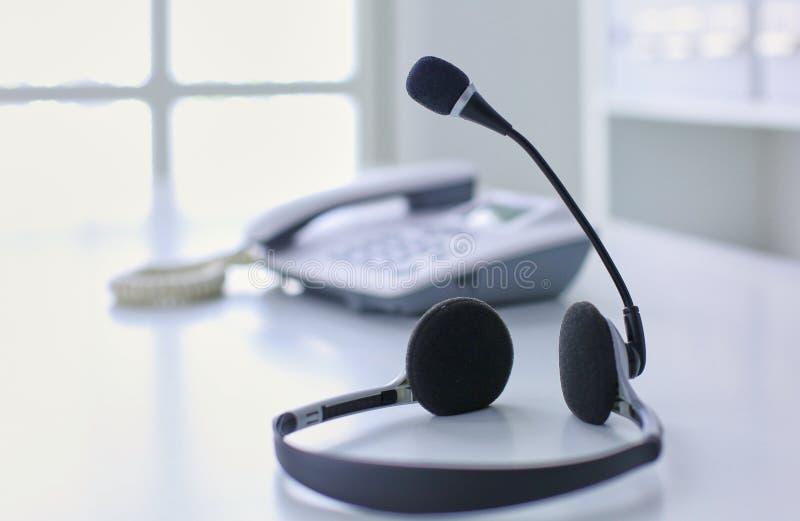 通信保障、电话中心和顾客服务询问台 在便携式计算机键盘的VOIP耳机 库存图片