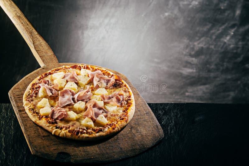 通入蒸汽的火焰烤薄饼在比萨店 图库摄影