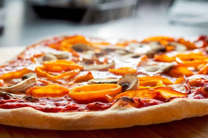 通入蒸汽的热的薄饼用橙色胡椒、火腿和蘑菇 免版税图库摄影