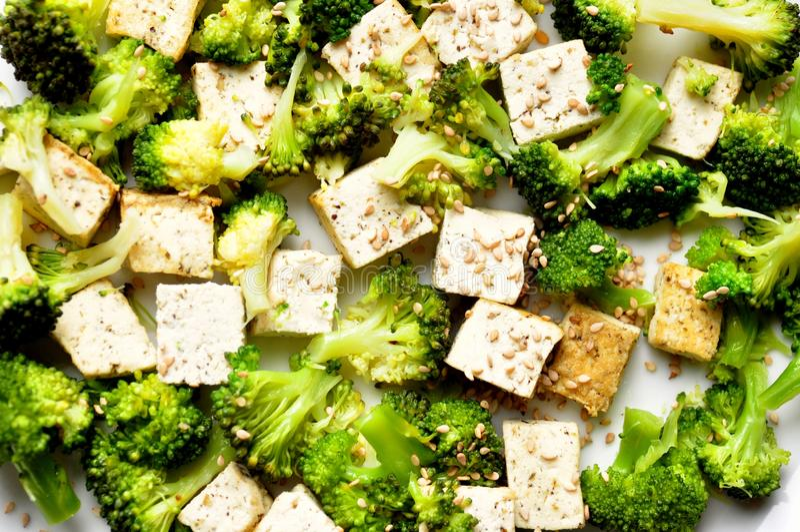 素食主义者食物: 被蒸的硬花甘蓝和豆腐盘 免版税库存照片