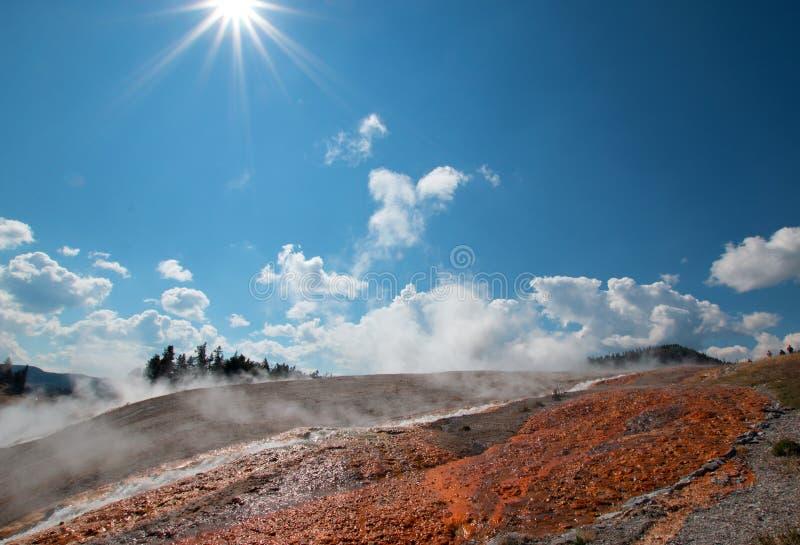 通入蒸汽的水从细刨花喷泉逃跑在黄石国家公园在怀俄明 免版税库存照片