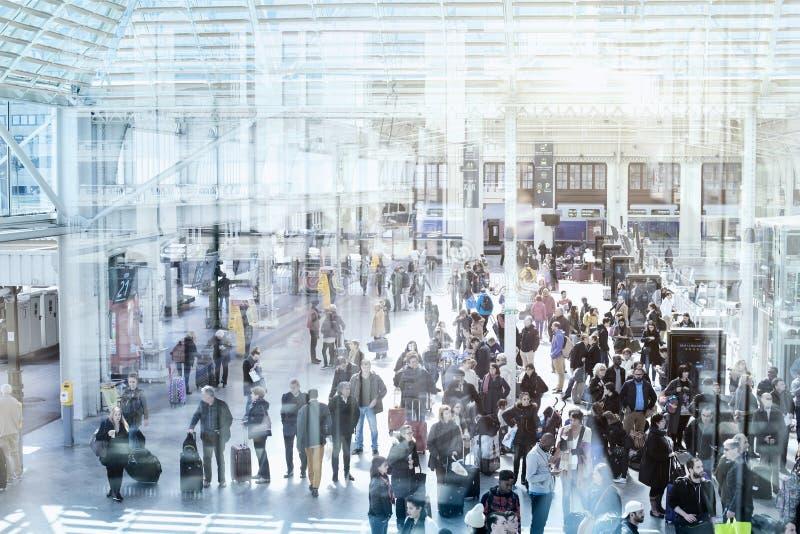 通勤者人群火车站等待的火车的 库存照片