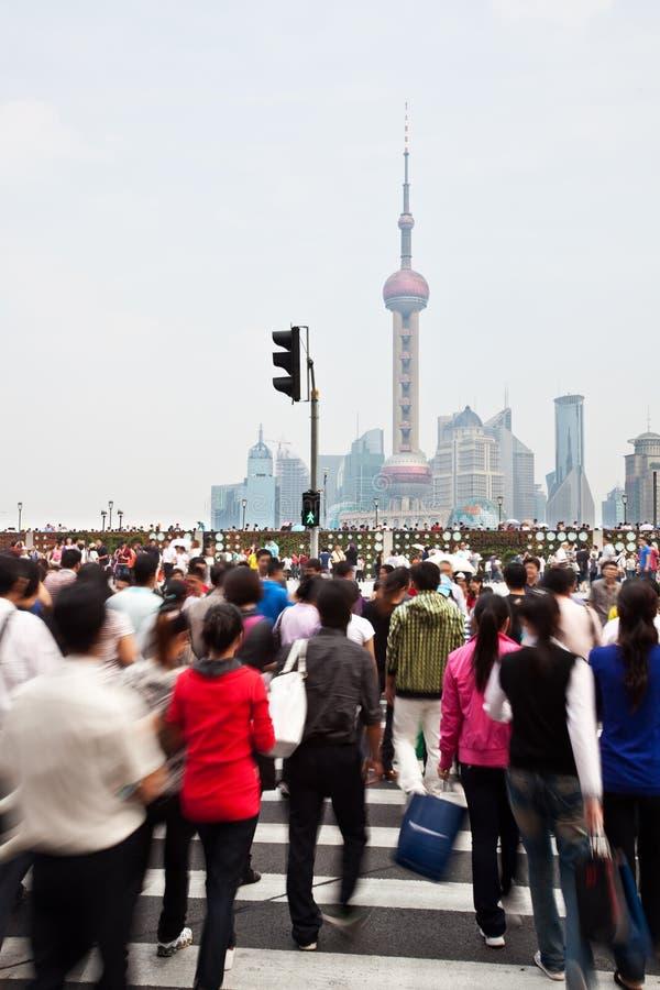 通勤者在障壁的一条繁忙的行人穿越道 免版税图库摄影
