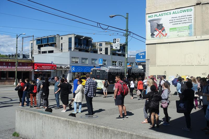 通勤者在99 B线路公共汽车站温哥华的` s联盟 免版税库存照片