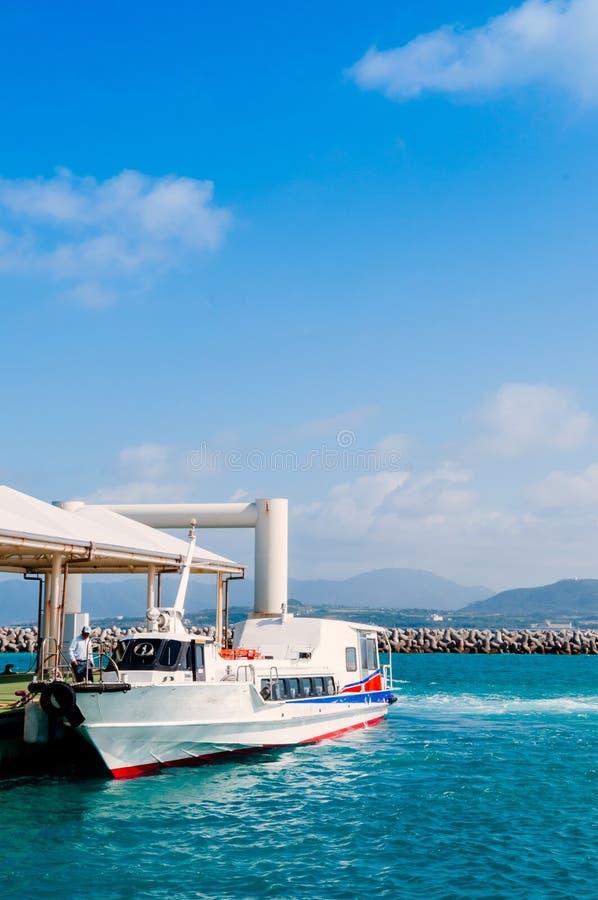 通勤者小船跑在石垣和竹富岛之间 库存图片