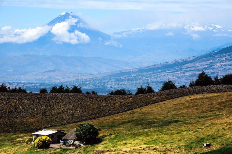通古拉瓦火山和法坛火山,中央厄瓜多尔的安地斯 免版税库存图片