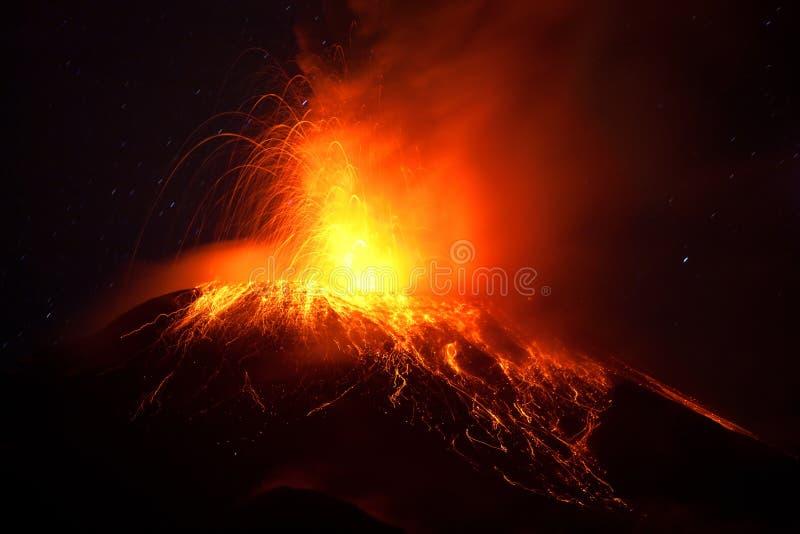 通古拉瓦火山强有力的夜爆发 库存照片