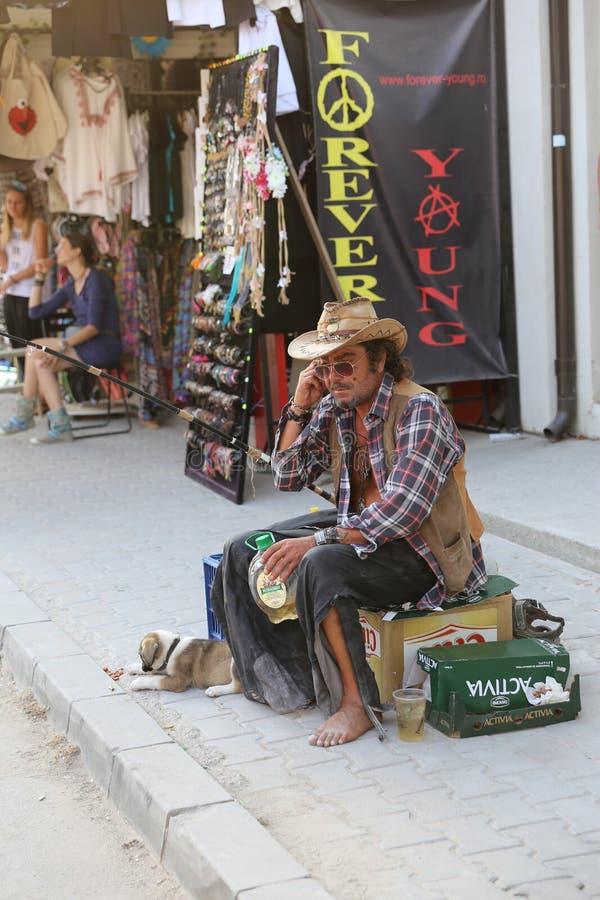 通常离开在街道的奇怪的人在Vama Veche,罗马尼亚 免版税库存图片