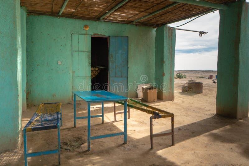 通常肮脏的豆和面包供食的传统苏丹餐馆 免版税库存照片