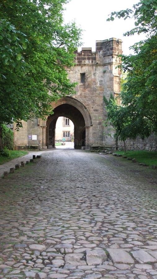 通往修道院的门道路 免版税图库摄影