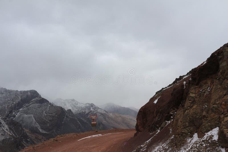 通往里约热内卢基督象-山脉de los安地斯的道路 免版税图库摄影