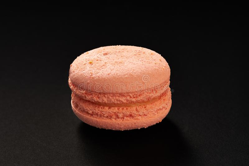通心面极好的颜色一个蛋糕  在黑背景隔绝的可口蛋白杏仁饼干 法国甜曲奇饼 库存图片