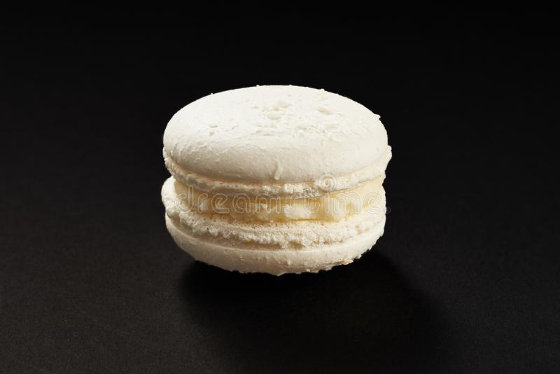 通心面白色颜色一个蛋糕  在黑背景隔绝的可口椰子蛋白杏仁饼干 法国甜曲奇饼 免版税库存图片