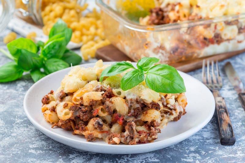 通心面砂锅用绞细牛肉、乳酪和蕃茄在板材,水平 免版税库存图片