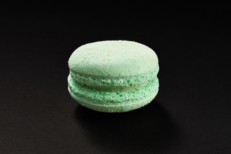 通心面薄菏颜色一个蛋糕  在黑背景隔绝的可口蛋白杏仁饼干 法国甜曲奇饼 库存照片