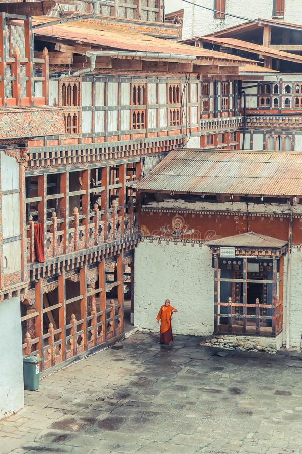 通萨,不丹- 2016年9月13日:站立在通萨Dzong,不丹后院的不丹修士  免版税库存图片