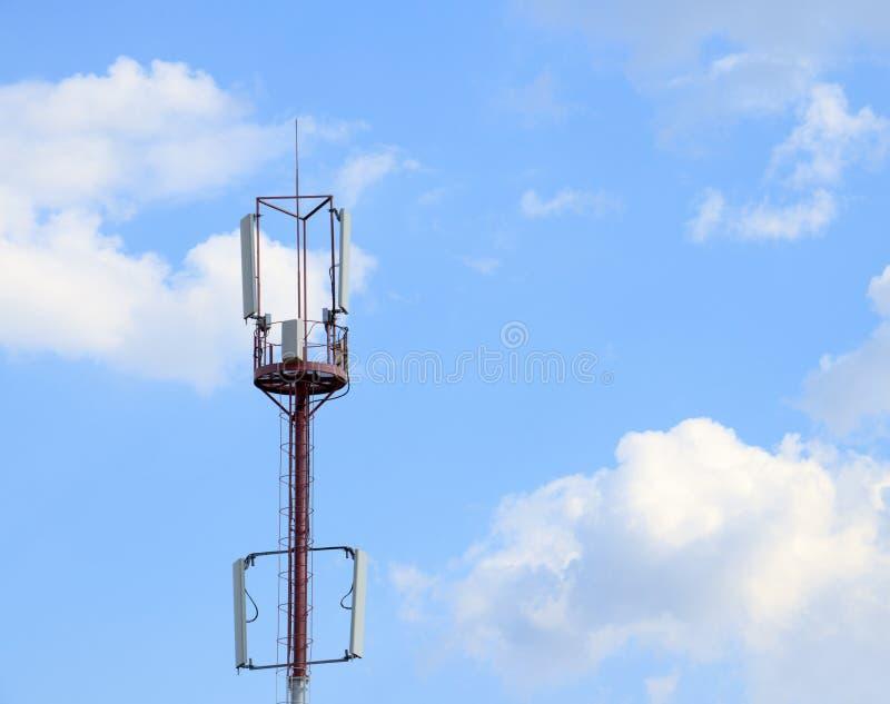 通讯台与一美丽的天空蔚蓝 图库摄影