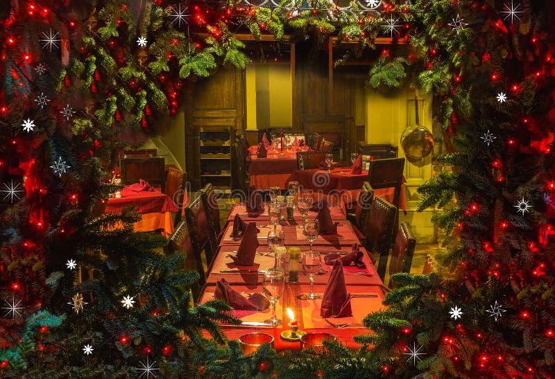 通过一个木舱窗和壁炉被看见的圣诞树 免版税库存图片