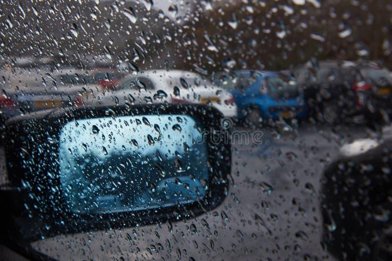 通过一个湿窗口 免版税库存照片