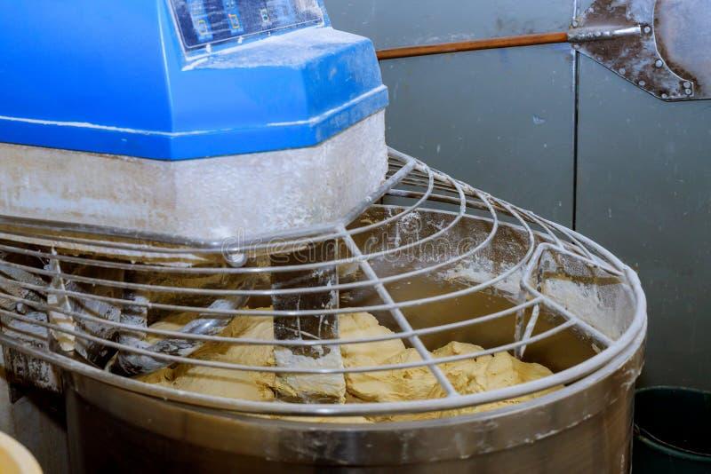 通过使用面粉搅拌器的面包过程在工厂面粉黄油和水原因凝结 库存图片
