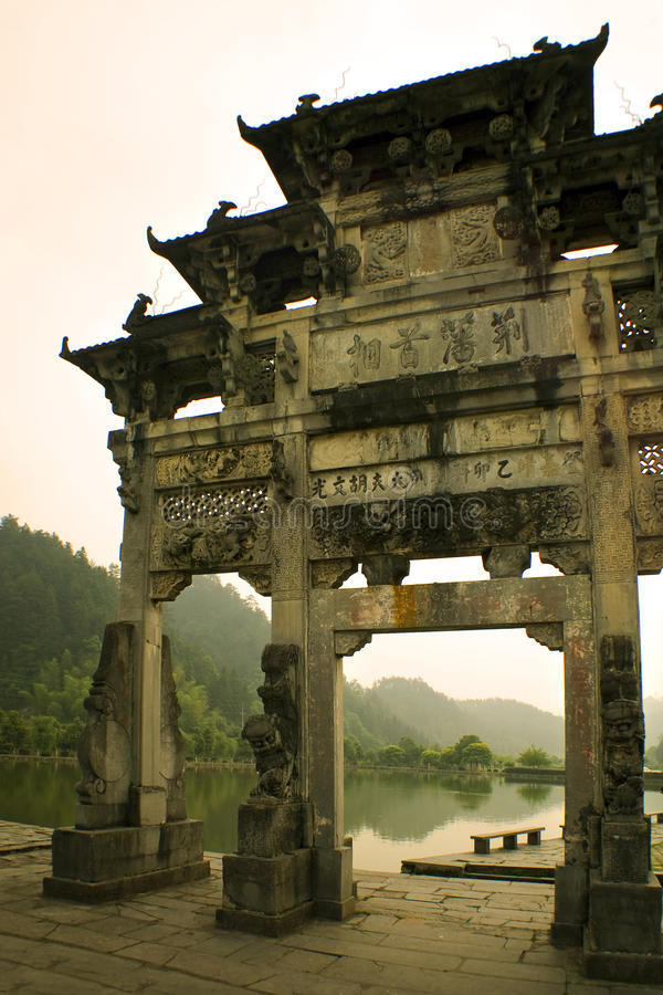 通过南部的古老瓷门瞥见 免版税库存图片