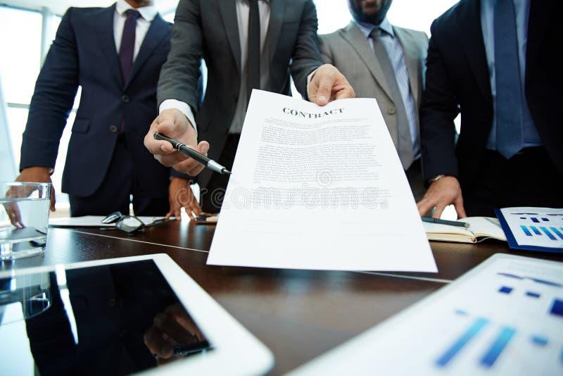 通过合同对商务伙伴 免版税库存照片