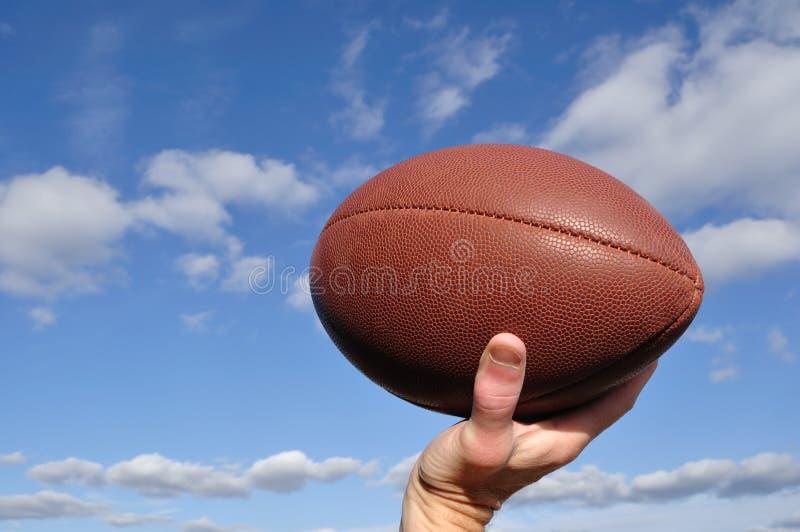 通过四分卫的橄榄球 免版税库存图片