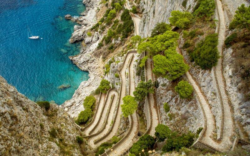 通过在卡普里岛海岛上的克虏伯在意大利 免版税库存图片