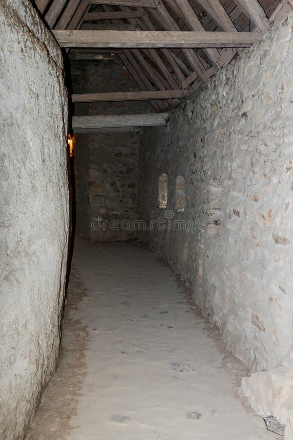 通过在屋顶下,在防护墙壁之间在被加强的教会Prejmer里在Prejmer市在罗马尼亚 免版税库存照片