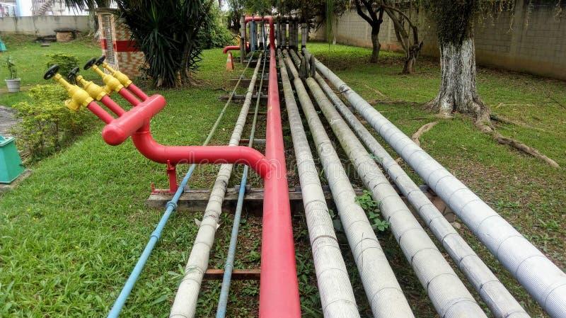 通过在庭院之间的火和工业品管子 图库摄影