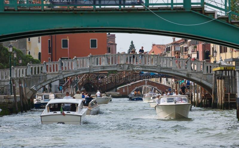 通过在桥梁下 库存图片
