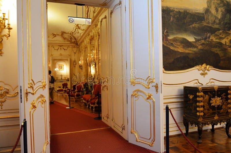 通过在皇家宫殿的两个房间之间在维也纳 库存照片