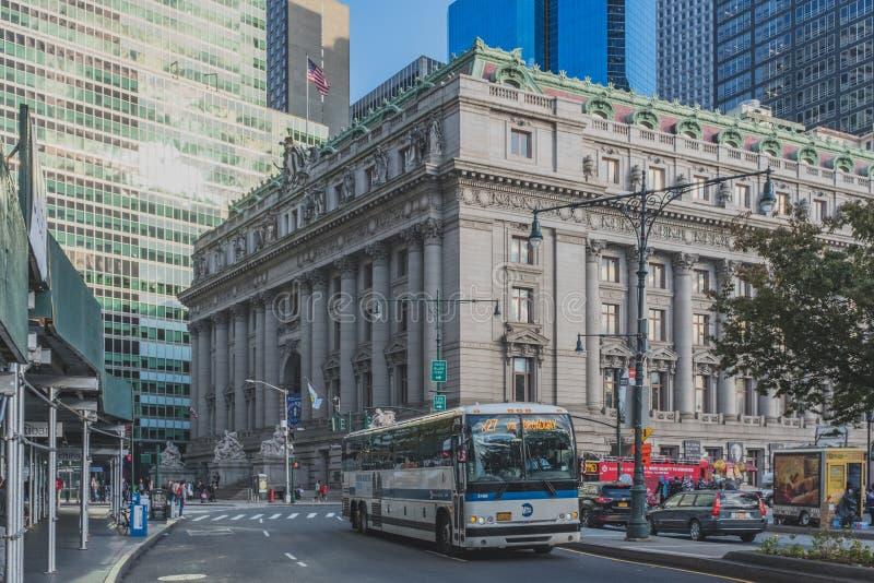 通过在美洲印第安人的国家博物馆的前面公共汽车,街道的在巴特里公园附近在曼哈顿下城 免版税库存照片