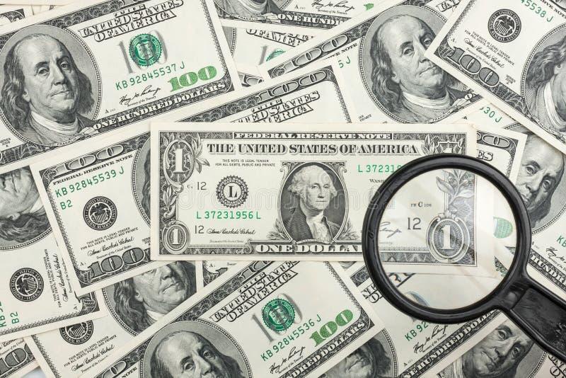 通过在金钱的一个放大镜看 免版税库存照片