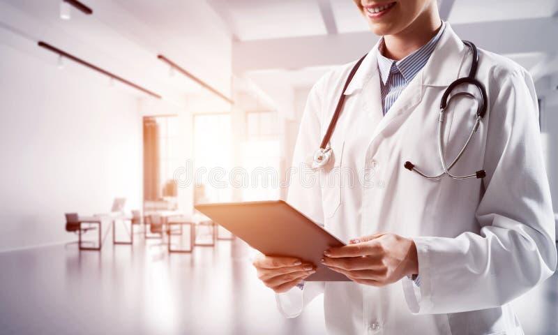 通过女性医生被提出的现代医学工业 库存照片