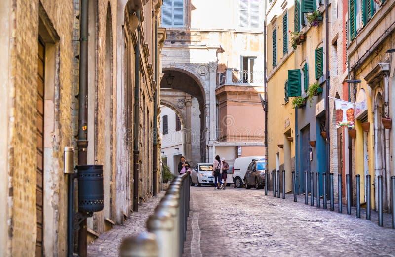 通过安东尼奥・葛兰西在安科纳的老市中心 库存照片