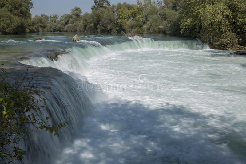 通过对瀑布的风雨如磐的小河 库存照片