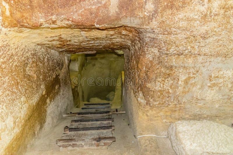 通过对金字塔` s墓室 库存照片