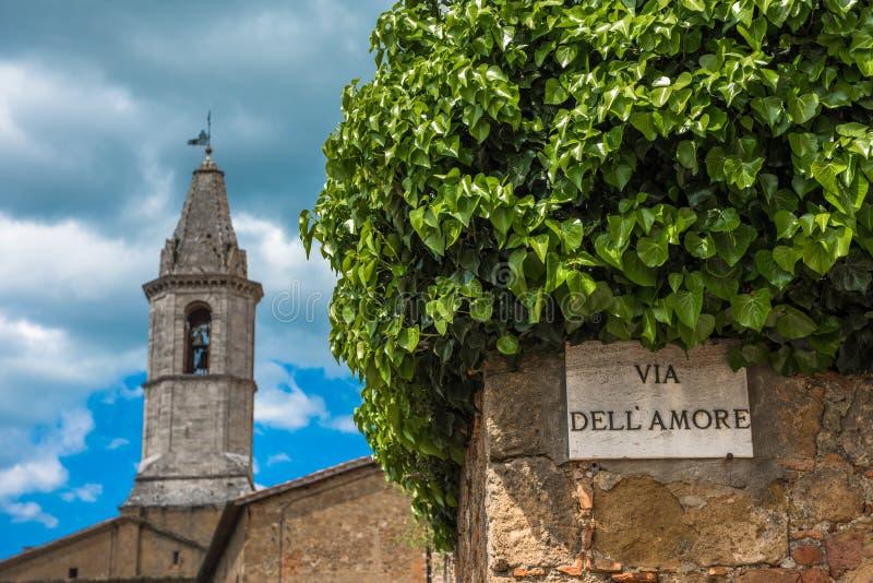 通过小山谷` Amore或爱街道在皮恩扎,托斯卡纳,意大利 库存图片
