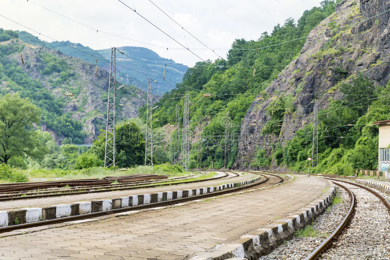 通过岩石训练轨道在保加利亚,伊斯克尔峡谷 免版税图库摄影