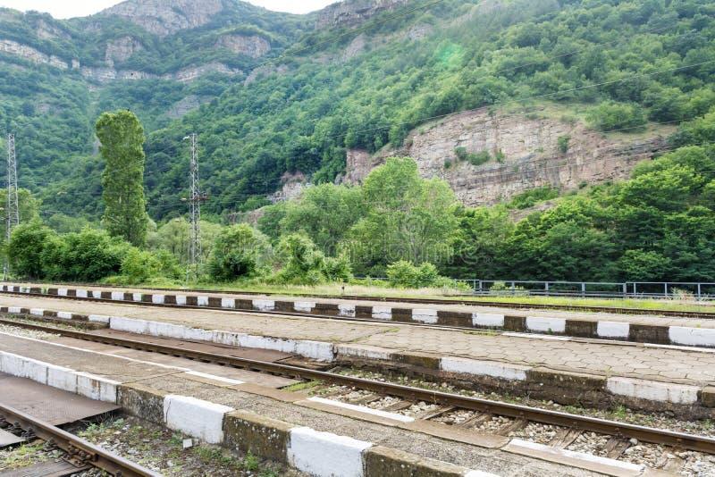 通过岩石训练轨道在保加利亚,伊斯克尔峡谷 库存照片