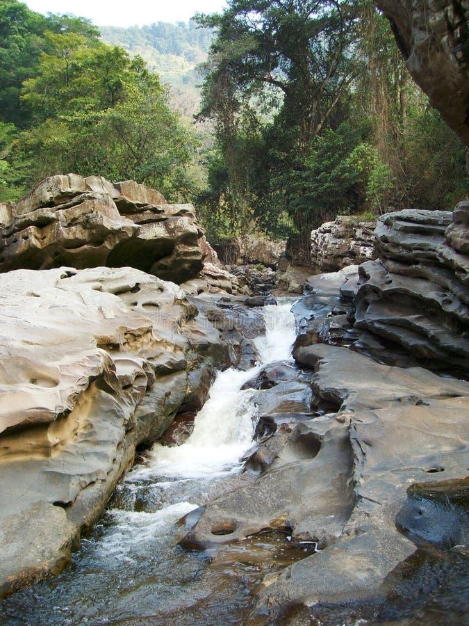 水通过岩石 免版税库存照片