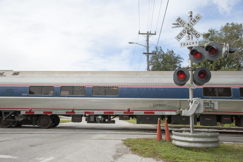 通过平交路口障碍美国的铁路支架 图库摄影
